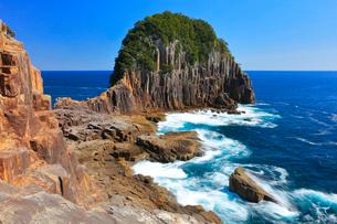 楯ヶ崎に熊野灘の寄せる波と快晴の空の写真素材 [FYI02677893]