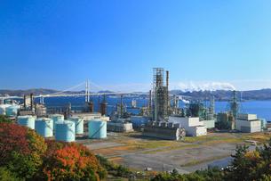 白鳥湾展望台から望む工場地帯と白鳥大橋の写真素材 [FYI02677895]
