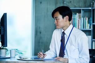 オフィスで仕事をするビジネスマンの写真素材 [FYI02677898]