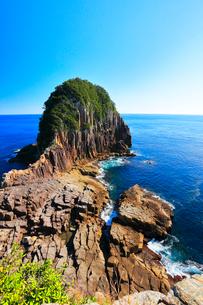 快晴の楯ヶ崎に寄せる波と熊野灘の写真素材 [FYI02677901]