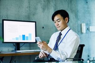オフィスで仕事をするビジネスマンの写真素材 [FYI02677912]