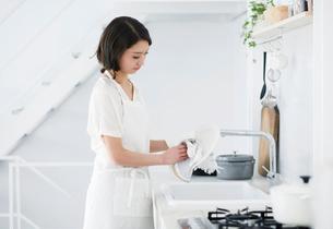 家事をする女性の写真素材 [FYI02677919]