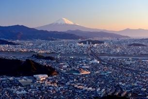 朝鮮岩より望む夜明けの富士山と静岡市の街並みの写真素材 [FYI02677939]