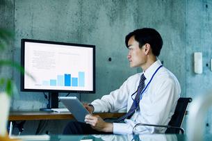 オフィスで仕事をするビジネスマンの写真素材 [FYI02677943]