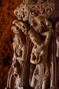 サンクチュアリ・オブ・トゥルース内部の彫刻の写真素材 [FYI02677953]
