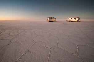 ウユニ塩湖で夜明けを迎えるキャンピングカーの写真素材 [FYI02677961]