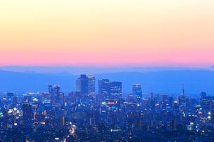 名古屋駅周辺の高層ビルと町並み夕景の写真素材 [FYI02677978]