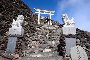 富士山吉田ルート山頂の鳥居と石像の写真素材 [FYI02677979]