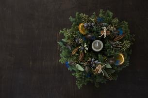 羽やフルーツをあしらったナチュラルなクリスマスリースのアレンジメントの写真素材 [FYI02677994]