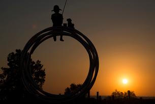 霞ケ浦総合公園の朝日とモニュメントの写真素材 [FYI02678013]