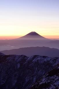 南アルプス・北岳より望む夜明けの富士山の写真素材 [FYI02678014]