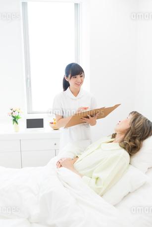 看護師とシニア女性の写真素材 [FYI02678024]