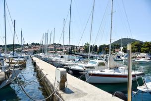ドゥブロヴニク旧市街の港に浮かぶ船の写真素材 [FYI02678028]