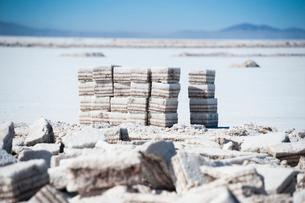 ウユニ塩湖の採潮場で切り出した塩のブロックの写真素材 [FYI02678053]