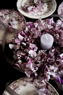 アンティークのお皿とスイートピーのフラワーリースの写真素材 [FYI02678060]