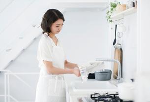 家事をする女性の写真素材 [FYI02678115]