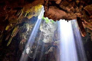 カオ・ルアン洞窟寺院  木もれ日の写真素材 [FYI02678132]