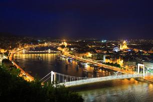 ブダペスト ゲッレールトの丘から望むくさり橋のライトアップ夜景の写真素材 [FYI02678149]