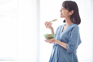サラダを食べる女性の写真素材 [FYI02678155]