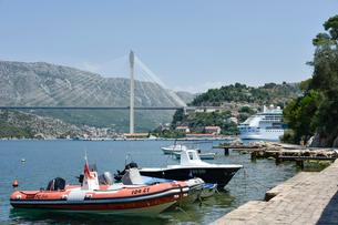 船越しに見るフランジョ トゥジマン橋の写真素材 [FYI02678194]