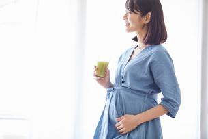 野菜ジュースを飲む女性の写真素材 [FYI02678230]