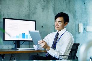 オフィスで仕事をするビジネスマンの写真素材 [FYI02678272]