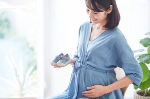 赤ちゃんの靴を持つ女性の写真素材 [FYI02678275]