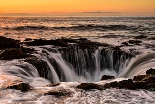 トールの井戸の夕景の写真素材 [FYI02678276]