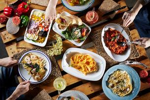 テーブルセッティングと料理の写真素材 [FYI02678286]
