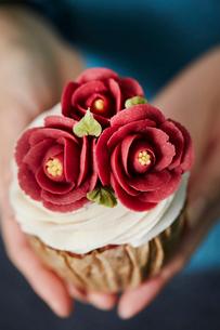 フラワーカップケーキの写真素材 [FYI02678289]