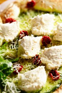 チーズとサラダピザの写真素材 [FYI02678303]