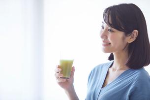 野菜ジュースを飲む女性の写真素材 [FYI02678345]