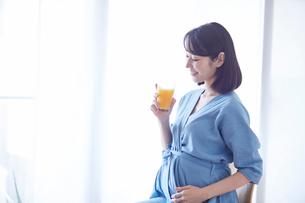 オレンジジュースを飲む女性の写真素材 [FYI02678360]