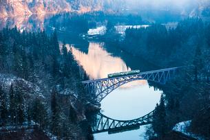 早朝の第一只見川橋梁の写真素材 [FYI02678368]