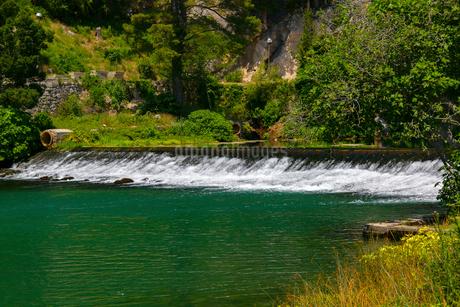 クロアチア、オンブラ川の湧水の写真素材 [FYI02678373]