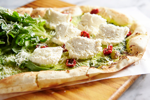 チーズとサラダピザの写真素材 [FYI02678386]