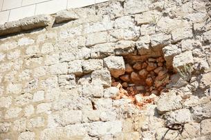 城壁の砲弾痕の写真素材 [FYI02678394]