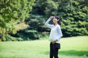 緑の中を歩く女性の写真素材 [FYI02678406]