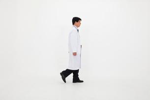 白衣の男性の写真素材 [FYI02678413]