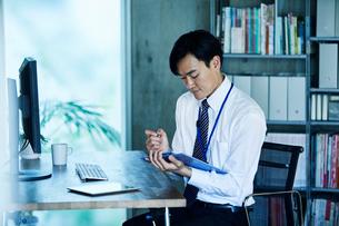 オフィスで仕事をするビジネスマンの写真素材 [FYI02678423]