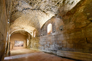 スプリット旧市街のディオクレティアヌス宮殿地下の写真素材 [FYI02678440]