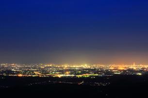 滝沢展望台から望む市街夜景の写真素材 [FYI02678445]
