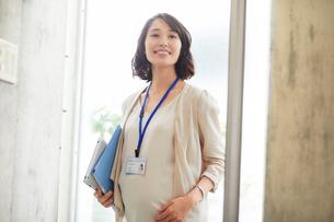 オフィスで働く妊婦の写真素材 [FYI02678464]