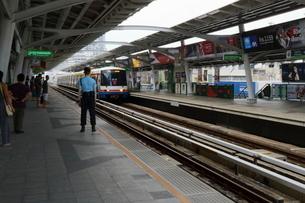 タイ・バンコクのBTSトンロー駅のホームの写真素材 [FYI02678473]
