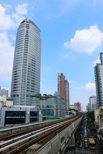 タイ・バンコクのBTSトンロー駅周辺のビル群の写真素材 [FYI02678492]