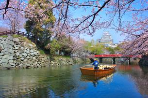 姫路城 天守閣と桜に赤い城見橋と観光学習船の写真素材 [FYI02678523]