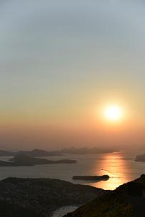 ドゥブロヴニクから望むアドリア海の夕日の写真素材 [FYI02678564]