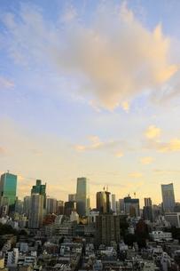 夜明けの港区の街並みの写真素材 [FYI02678567]