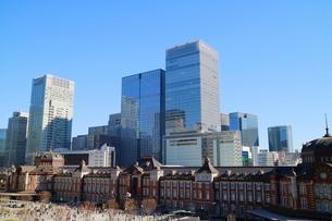 東京駅舎と駅前広場の写真素材 [FYI02678568]