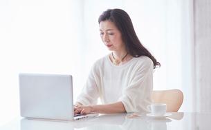 パソコンを見る女性の写真素材 [FYI02678592]